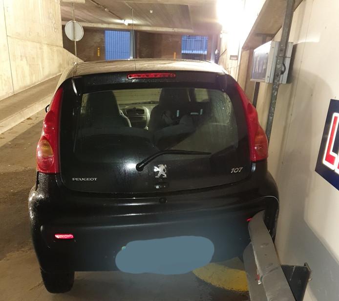 Peugeot eindigt in de vangrail in parkeergarage Almelo.