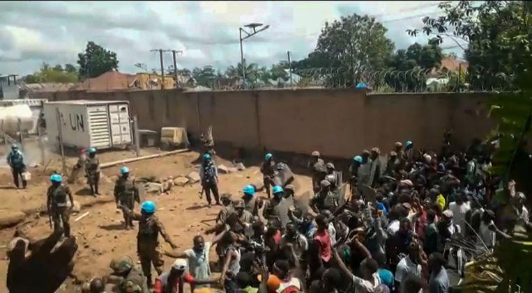 Demonstranten uit de stad Beni in Congo, het centrum van de ebola-epidemie,  bestormen het VN-kamp omdat ze boos zijn dat de blauw helmen de bewoners onvoldoende beschermen tegen guerrillagroepen die aanvallen plegen in de regio.  Beeld Ushindi Mwendapeke Eliezaire / AFP