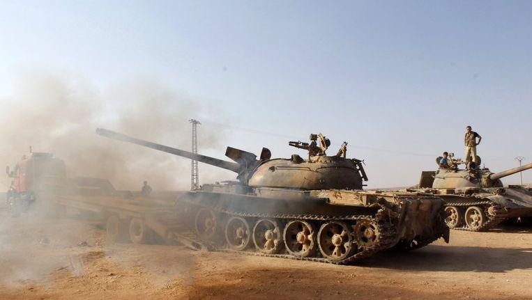 Rebellen van het Vrije Syrische Leger besturen tanks die eerder toebehoorden aan de troepen van Assad. Beeld reuters