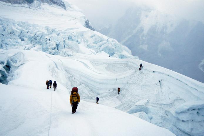 Klimmers en sherpa's in de Himalaya