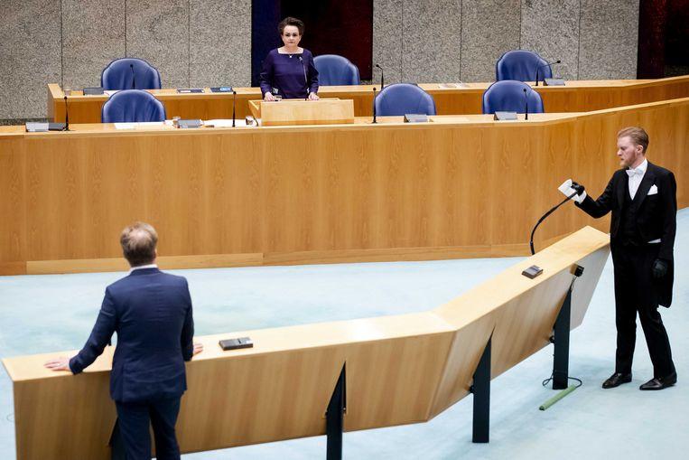 Staatssecretaris Alexandra van Huffelen van Financien en Pieter Omtzigt (CDA) tijdens het debat over algemene wet inkomensafhankelijke regelingen (Awir) in de Tweede Kamer,  om gedupeerden van de kinderopvangtoeslagaffaire tegemoet te komen.  Beeld ANP