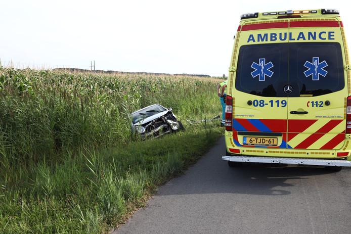 Bij een eenzijdig ongeval is een auto in de sloot beland in Wamel.