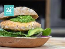 Zalmburgers met spinaziepesto en avocado