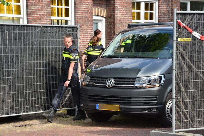 Alle agenten reden met onopvallende wagens.