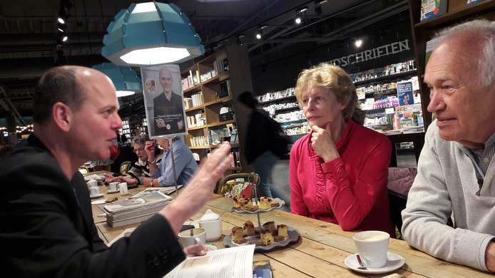 Frank van Pamelen legt Cees en Marja van Oorschot uit hoe zijn laatste, net verschenen boek  tot stand is gekomen.