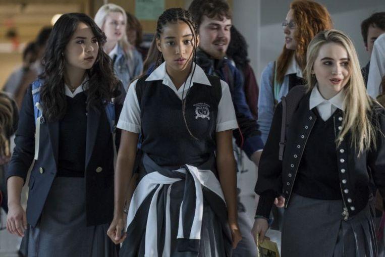 Starr Carter (Amandla Stenberg) beweegt constant tussen twee verschillende werelden: de arme, voornamelijk Afro-Amerikaanse wijk waar ze woont en de rijke, grotendeels blanke privéschool waar ze naartoe gaat.   Beeld