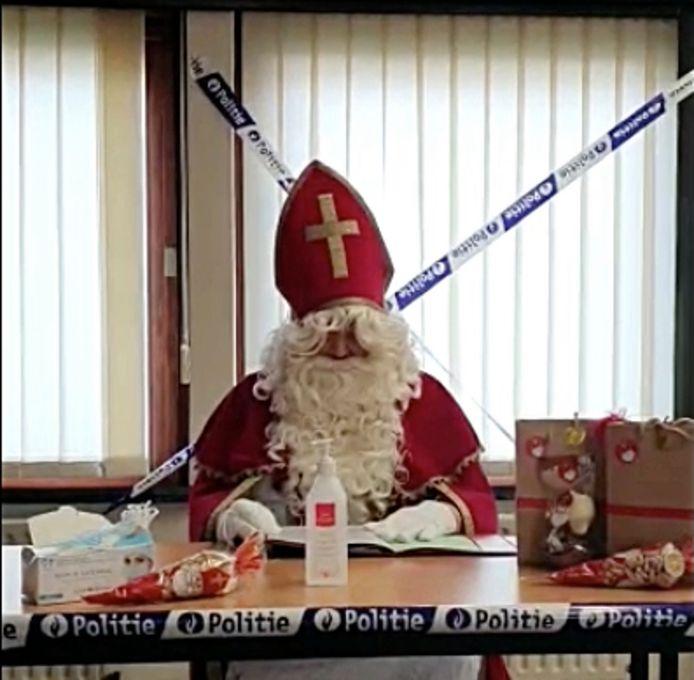 De Sint bracht een bezoekje aan het politiekantoor.