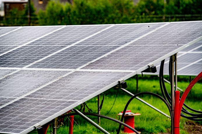 Zo zullen de zonnepanelen in het zonnepark bij Bathmen er ongeveer uit gaan zien.
