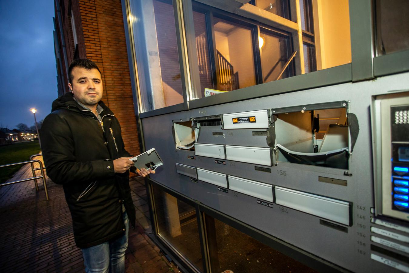 Bij een appartementencomplex aan de Ruys de Beerenbrouckstraat zijn met de jaarwisselingen de brievenbussen opgeblazen. Dit soort kosten komen niet voor rekening van de gemeente Zutphen, waardoor de vuurwerkschade van de afgelopen jaarwisseling in de openbare ruimte nog ver boven de 16.000 uitkomt.