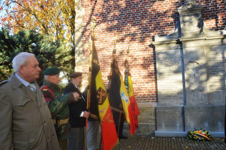 De vaderlandslievende verenigingen brengen een hulde aan het herdenkingsmonument aan de kerk in Outer.