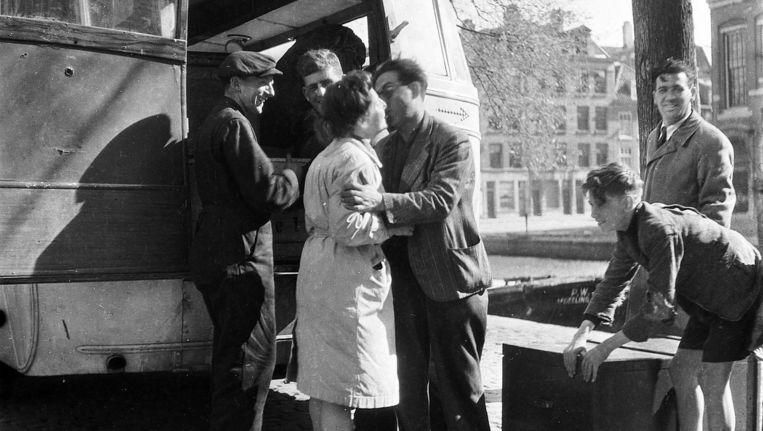 Joden keren in augustus 1945 terug in Amsterdam. De huiseigenaren onder hen werden geconfronteerd met boetes. Beeld Ad Windig / HH