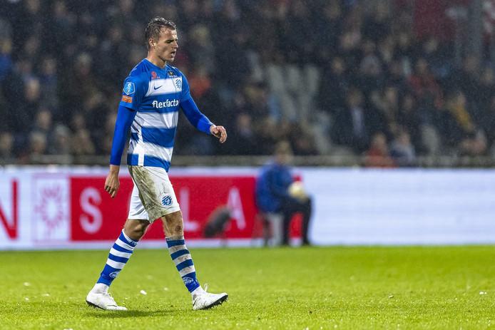 Lars Nieuwpoort verlaat het veld na zijn rode kaart tegen PEC Zwolle.