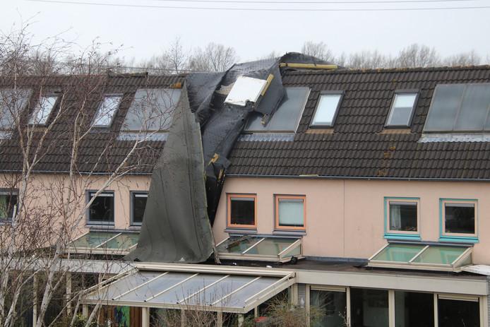 Deze woning aan de Pinksterbloemstraat raakte flink beschadigd.