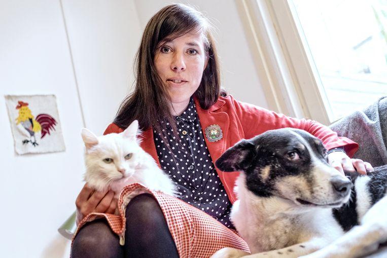 Portret van Eva Meijer met haar hond Olli en kat Putih. Beeld Hollandse Hoogte / Patrick Post