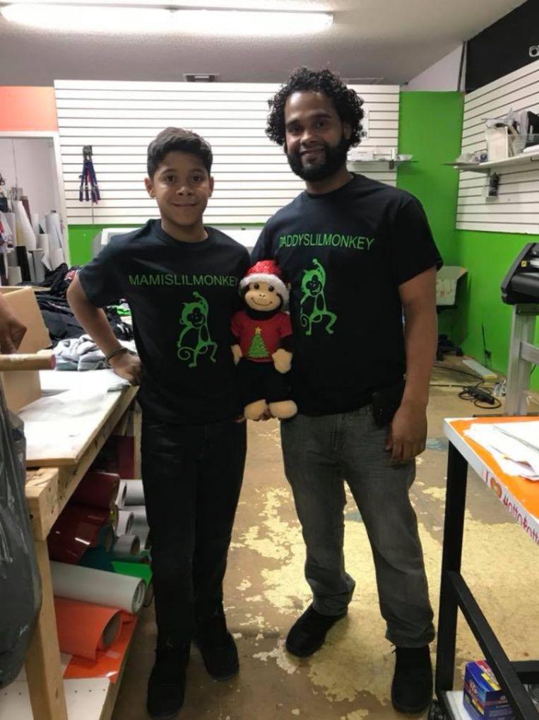Antonio Vargas en zijn zoontje met het aapje. Beide dragen ze een t-shirt met daarop de tekst 'papa's kleine aapje' en 'mama's kleine aapje', het koosnaapje dat zijn ouders voor het kind hadden.