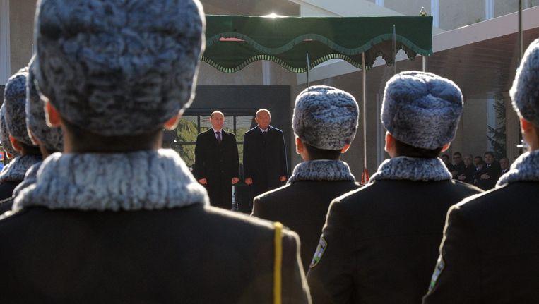 De Russische president Poetin (links) en de president van Oezbekistan, Islam Karimov bij een ontmoeting begin deze maand.