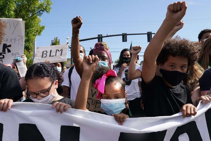De jeunes manifestants tiennent leurs poings en l'air lors d'une marche de Black Lives Matter le 1er août 2020 à Portland, Oregon.