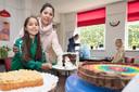 Sara Dijkema brengt samen met haar moeder de taart voor heel Arendskerke Bakt. Sara won er de eerste prijs mee in de categorie kinderen.