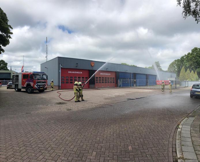 Ook de brandweer Wierden gaf het water-ereteken.