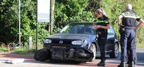 Auto schept scooter in Voorthuizen: 2 gewonden