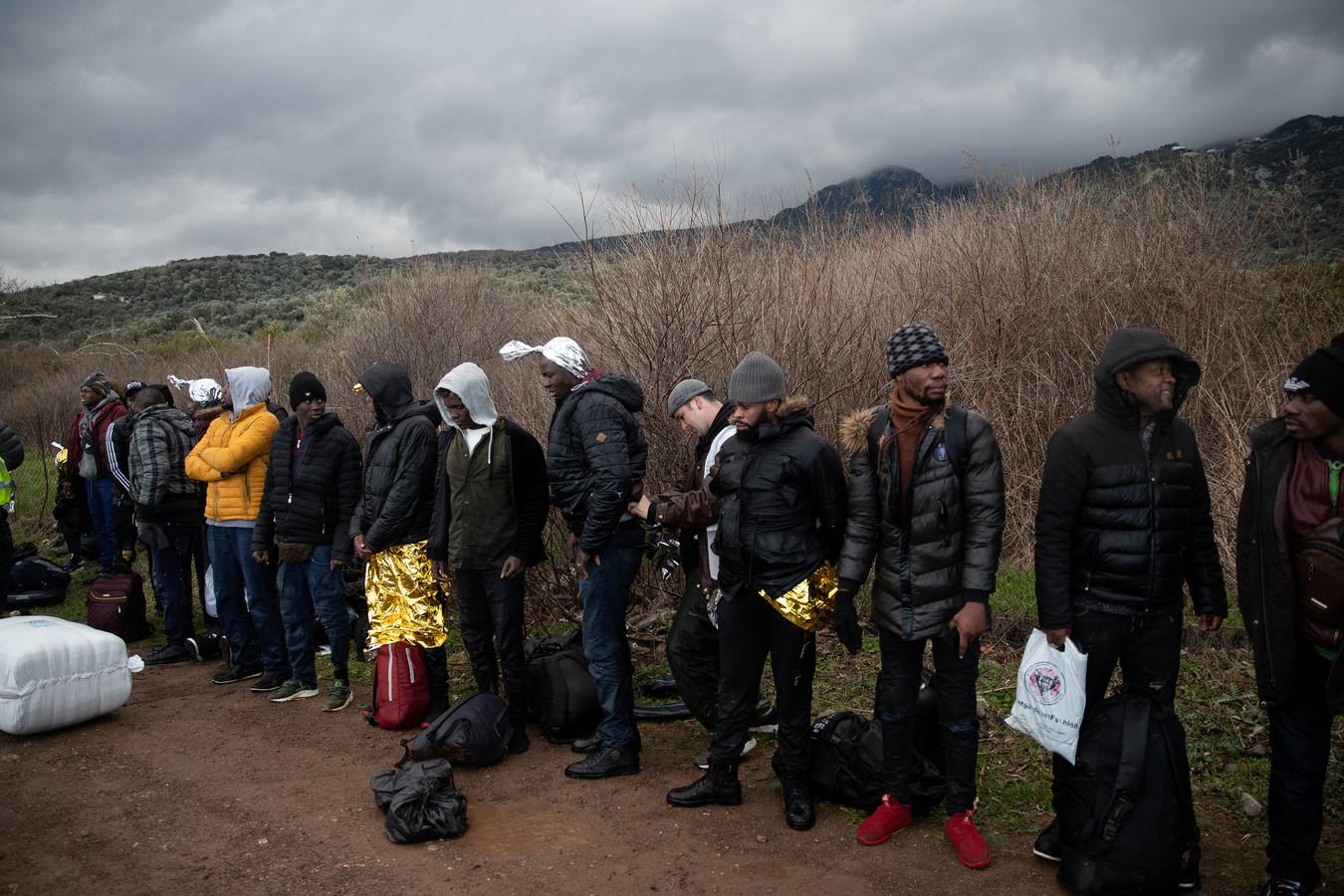 Migranten bij het dorp Skala Sikamias op het Griekse eiland Lesbos na hun oversteek van de Egeïsche Zee vanuit Turkije, vanmorgen.