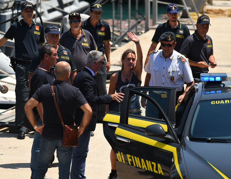 Juli 2019, Carola Rackete wordt meegenomen door de politie in Porto Empedocle, Italië.  Beeld REUTERS