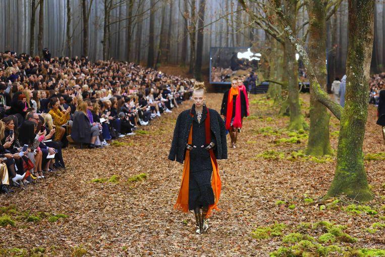 Chanel herfst-wintercollectie 2018/2019 in een bos.