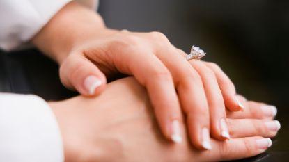 Debra (55) koopt ring voor 9 euro op vlooienmarkt. 33 jaar later ontdekt ze dat hij 845.000 euro waard is