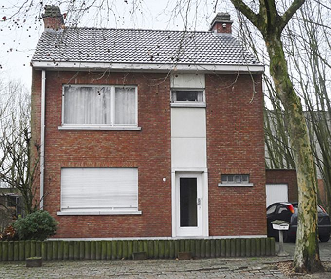 De afgeleefde woning voor de renovatie.
