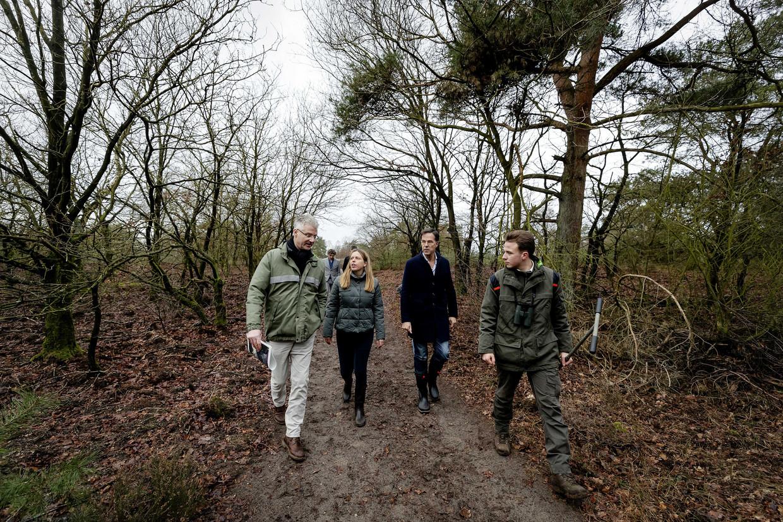 Premier Mark Rutte en minister Carola Schouten van landbouw tijdens een bezoek aan natuurgebied de Veluwe. De bewindslieden praten met natuurclubs en boeren over de stikstofproblematiek.