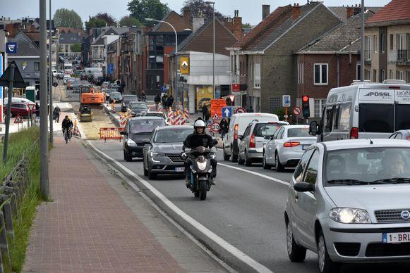 Er zit de komende weken niks anders op dan aan te schuiven in beide richtingen op de Scheldebrug door asfalteringswerken.