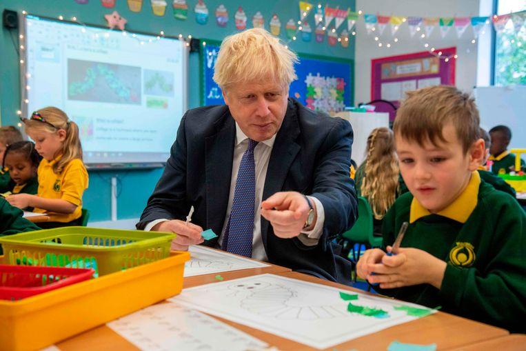 Johnson bezoekt een school in het zuiden van het land. Beeld null