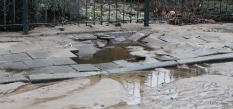 Lek in waterleiding: Schrevelstraat in Sprang-Capelle onder water