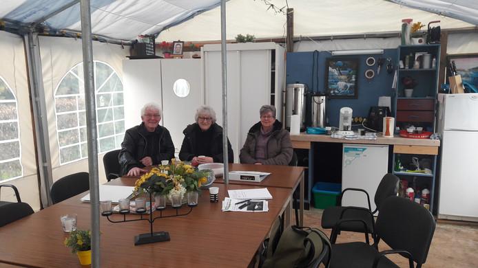 Guus Hurkmans, Betsy Welts en Annie Valk (vlnr), beheerders van Peters Hofje in Waalwijk Casade wil dat de tent als die versleten is niet meer terugkomt