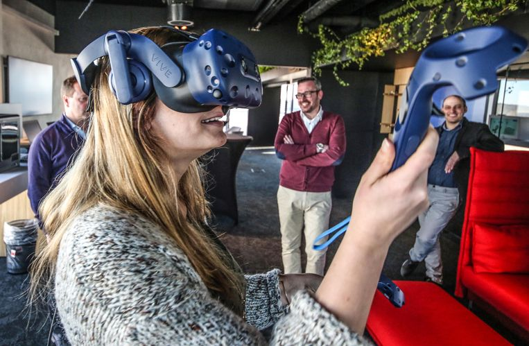 Ik mag ook even zo'n virtual reality-bril opzetten.