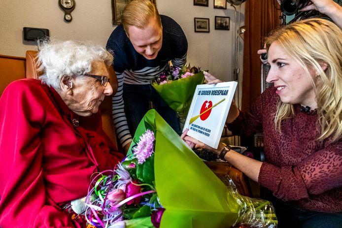 Mevrouw Piël ontvangt De Gouden Roeispaan uit de handen van tweede kamerlid Lilian Marijnissen (SP). In het midden haar voormalige buurman Wouter.