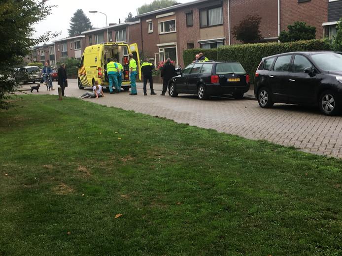 De gewonde bestuurster krijgt eerste hulp in Duiven.