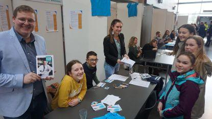 """Jobstudentenbeurs lokt 200 jongeren naar Staf Versluys: """"Gelukkig kozen we voor een nieuwe locatie"""""""