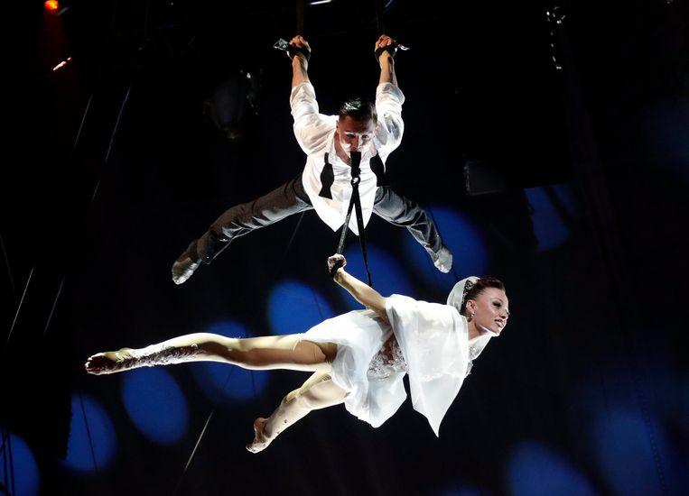 Kristina Vorobeva viel samen met haar man tijdens hun acrobatenact zo'n 10 meter naar beneden.
