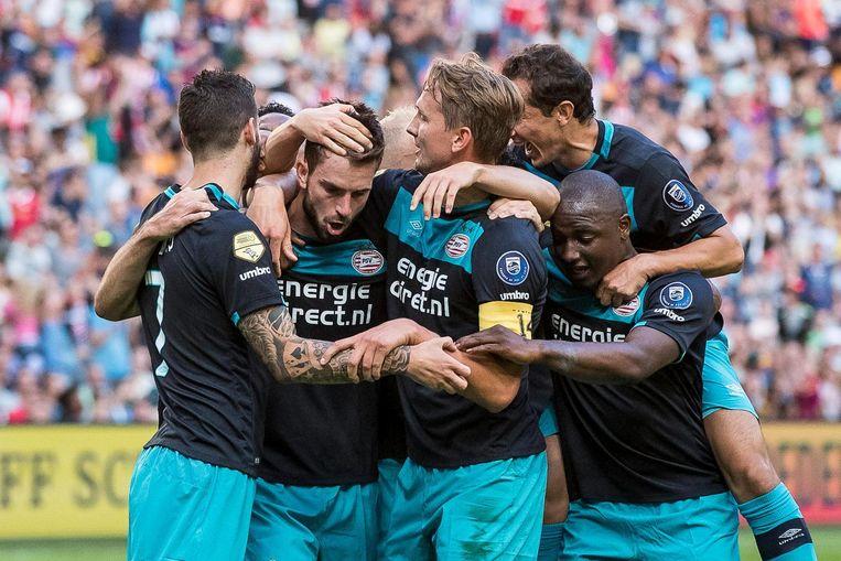 PSV speler Davy Propper (2eL) heeft de 0-1 gescoord en viert dit met zijn teamgenoten tijdens de wedstrijd om de Johan Cruijff Schaal tegen Feyenoord in de Amsterdam ArenA. Beeld null