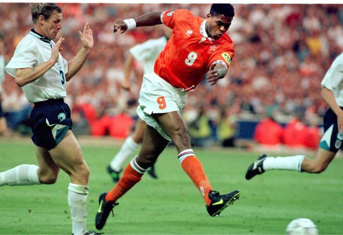Patrick Kluivert maakt het verlossende doelpunt tegen Engeland, waardoor Oranje alsnog doorgaat naar de kwartfinale.