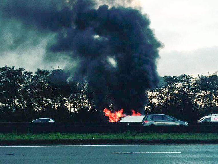 De brandende bestelwagen joeg een dikke rookpluim de lucht in.