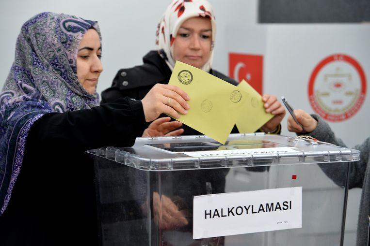 Turkse vrouwen brengen hun stem uit in het Turkse consulaat in Keulen.