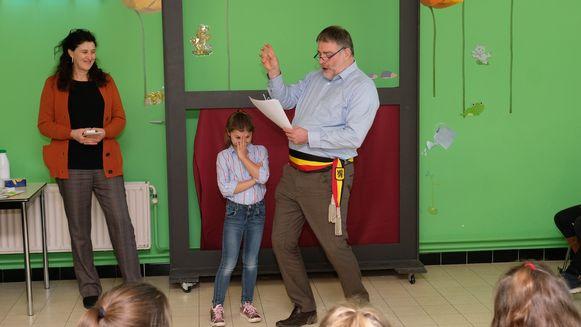 Burgemeester Luc Van Hove las bij de prijsuitreiking de winnende gedichten voor.