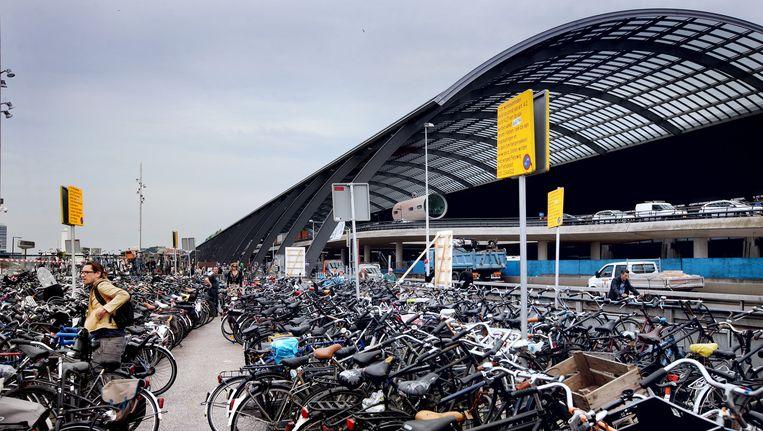 Fietsers en voetgangers hebben het rijk alleen achter Amsterdam CS, sinds vanochtend Beeld Jean-Pierre Jans (jeanpierrejans.nl)