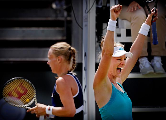 Alison Riske kan niet geloven dat ze heeft gewonnen van Kiki Bertens (r).