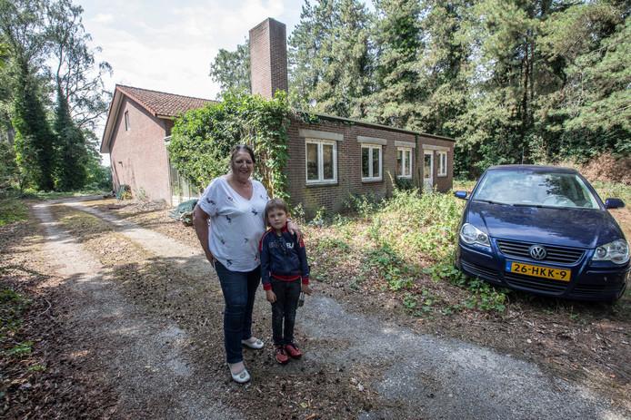 Toos Leenen met kleinzoon bij hun 'woning' aan de Helmondsingel in Deurne.