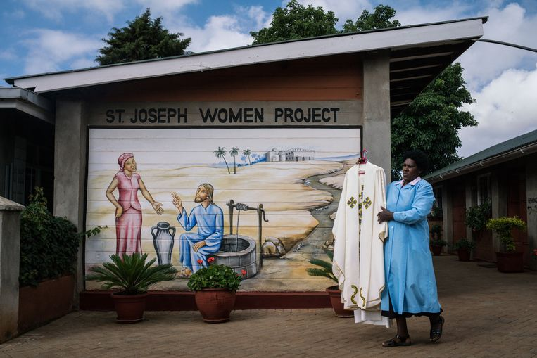 Een vrouw draagt een pij die de Paus tijdens zijn bezoek aan Nairobi zal dragen. Beeld reuters