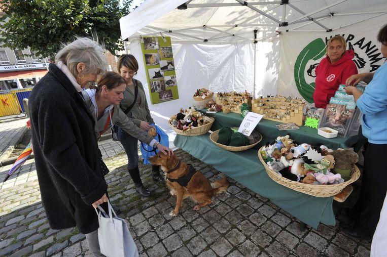 Onder meer 'Help Animals' baatte een standje uit tijdens het feest op het Dapperheidsplein in Anderlecht.