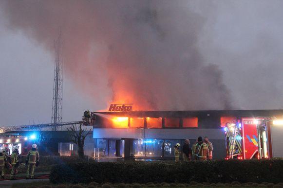 Omstreeks 7 uur sloeg de brand ook over op de kantoren vooraan het gebouw.